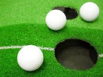 Vita golfbollar på torva royaltyfri fotografi