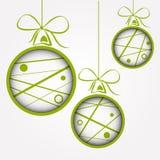 Vita gröna prickiga klottrade julbollar vektor illustrationer