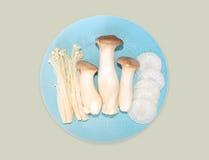Vita grönsaker på blåttmaträtt Royaltyfria Foton