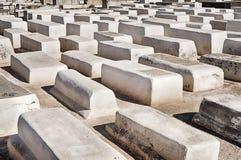 Vita gravar i den Marrakesh kyrkogården royaltyfria bilder
