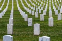 Vita gravstenar på den nationella kyrkogården royaltyfria foton