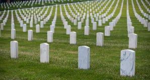 Vita gravstenar p? den nationella kyrkog?rden royaltyfria bilder