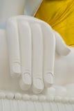Vita händer av stora buddha på berget i Thailand arkivbild