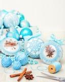 Vita härliga julbollar som dekoreras med en blått stucken modell på träbakgrund, överkant med siktskopieringsutrymme fotografering för bildbyråer