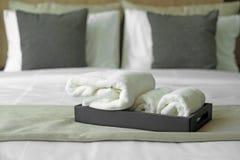 Vita handdukar på säng Arkivbilder