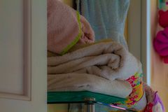 Vita handdukar som väntar en dusch royaltyfri foto