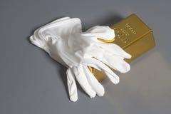 Vita handskar med guld- guldtacka Arkivbild