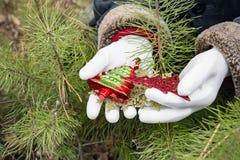 Vita handskar som rymmer julpynt Royaltyfria Foton