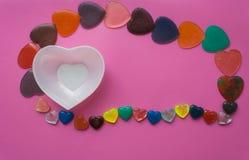 Vita hjärta och hjärtor på rosa färg-malvafärgad bakgrund valentin för dag s Royaltyfri Foto