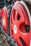 Vita hjul av ångalokomotivet som är röda och arkivfoton