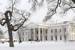Vita hus i Snow Arkivbild