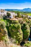 Vita hus på kantar han av klippor i Ronda, Spanien Royaltyfria Foton