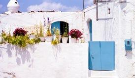 Vita Huset- och växtkrukor i Kreta Royaltyfria Foton