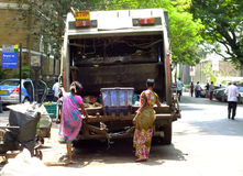 Vita in India: organismi saprofagi femminili in Mumbai Immagine Stock
