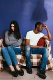 Vita internazionale delle coppie, prendente offesa immagini stock libere da diritti