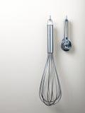 vita isolerade utensils för bakgrund matlagning royaltyfria foton