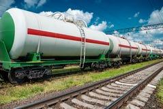 Vita järnvägbehållarebilar för fossila bränslen royaltyfri bild