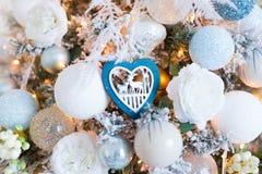 Vita jul-träd garneringar på ett julpäls-träd arkivbilder