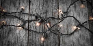 Vita julgranljus på lantlig Wood bakgrund Arkivfoton