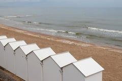 Vita kabiner förlades på en strand (Frankrike) royaltyfria foton