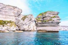Vita kalkstenklippor av Bonifacio royaltyfria bilder
