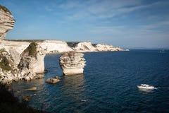 Vita kalkstenklippor nära Bonifacio, Korsika, Frankrike Arkivfoton