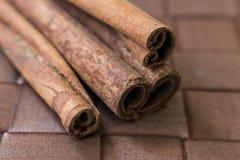 vita kanelbruna sticks Fotografering för Bildbyråer