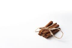 vita kanelbruna sticks för bakgrund Arkivfoto