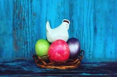 Vita kanin och ägg på tappningträbakgrund Bakgrund för påsk` s arkivbild
