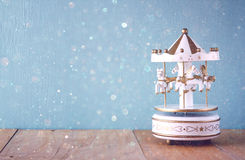 Vita karusellhästar för gammal tappning på trätabellen retro filtrerad bild Royaltyfri Foto