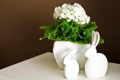 Vita keramiska easter kaniner returnerar garnering Royaltyfria Bilder