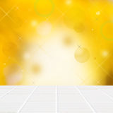 Vita keramiska mosaikgolv och ljus på den gula väggen Arkivfoto