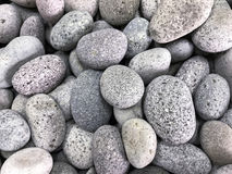 Vita kiselstenar med Granit-som textur Royaltyfria Bilder