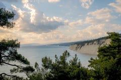 Vita klippor över havet Arkivbild