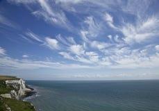 Vita klippor av Dover, havet och moln Arkivfoton