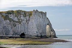 Vita klippor av Etretat, Normandie, Frankrike arkivfoton