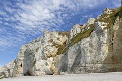 Vita klippor av Etretat, Normandie, Frankrike royaltyfri bild