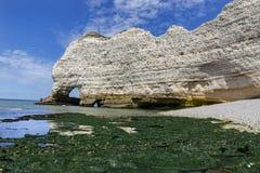 Vita klippor av Etretat, Normandie, Frankrike arkivbilder