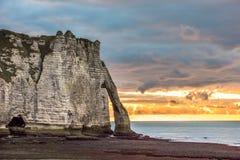 Vita klippor av Etretat och den alabaster- kusten, Normandie, franc arkivfoton