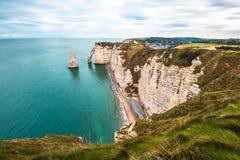Vita klippor av Etretat och den alabaster- kusten, Normandie, franc royaltyfri foto