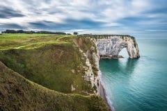 Vita klippor av Etretat och den alabaster- kusten, Normandie, franc arkivbilder
