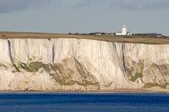 Vita klippor av lighthous Dover och södra udde Royaltyfri Fotografi