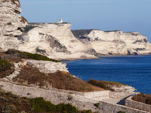 Vita klippor nära Bonifacio royaltyfria foton