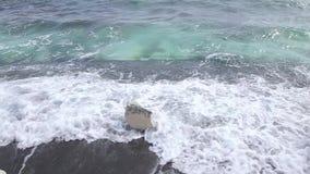 Vita klippor och blått hav driva som fiskar medelhavs- netto havstonfisk Cypern kust lager videofilmer