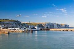 Vita klippor och Dover härbärgerar längs kusten av den engelska kanalen Royaltyfri Fotografi