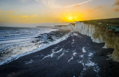 Vita klippor på engelskakusten på solnedgången royaltyfria bilder