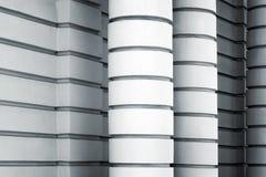 Vita kolonner och väggar, abstrakt arkitektur Arkivbild