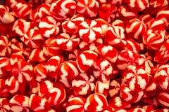 Vita konfettier som är röda och arkivfoton