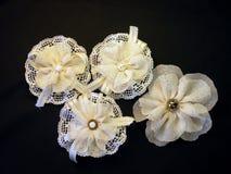 Vita konstgjorda blommor Royaltyfria Foton