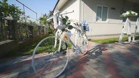 Vita korgar för cykelgarneringblomma lager videofilmer
